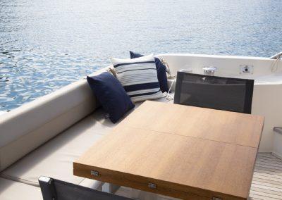 terrasse-bateau-ferretti-banquette-soleil